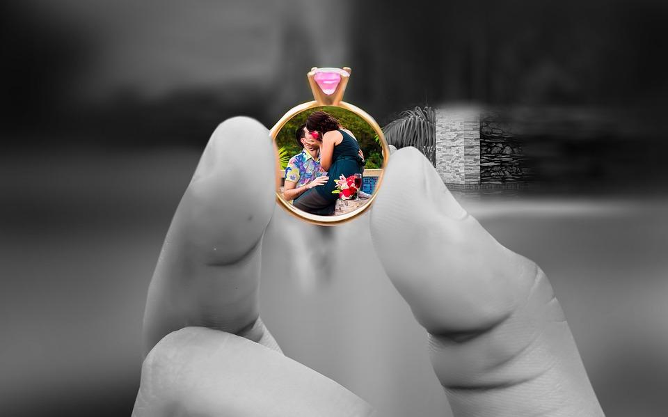תמונה אחרי עריכה של מגנטים לאירועים בהוד השרון של יד מחזיקה טבעת ובפנים יש תמונה בחור של הטבעת של הזוג