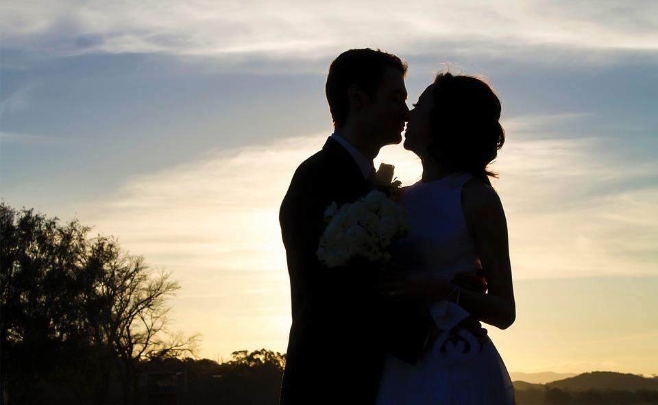 תמונה של זוג לפני שקיעה מתנשק ואוהב מאוד לקבל מגנטים לאירועים בהוד השרון ולהשקיע בצילום איכותי