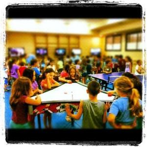 תמונה של ילדים משחקים אטרקציות לאירועים שולחן הוקי משולש