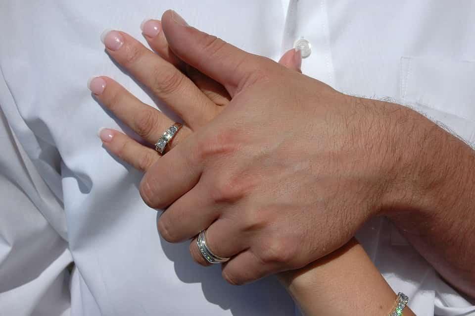 תמונה של זוג מנהריה מחזיק ידיים אחרי החתונה ועושים מגנטים לאירועים בנהריה במחיר זול של פחות מ חמש מאות שקלים חדשים