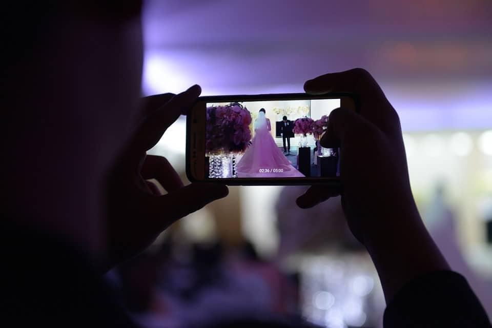 תמונה בחופה עם אייפון של צלם מגנטים לאירועים בבאר שבע