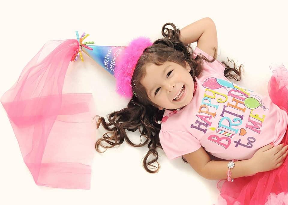 תמונה של ילדה שצילם מגנטים ליום הולדת שזאת ילדה חמודה שיש לה יום הולדת והיא מאוד אוהבת מגנטים