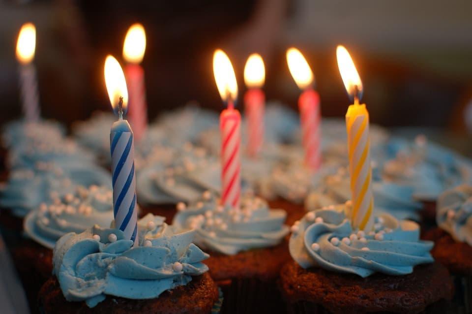 תמונה של עוגות חמודות עם נרות שצילמתי שהייתי צלם מגנטים ליום הולדת בראשון לציון