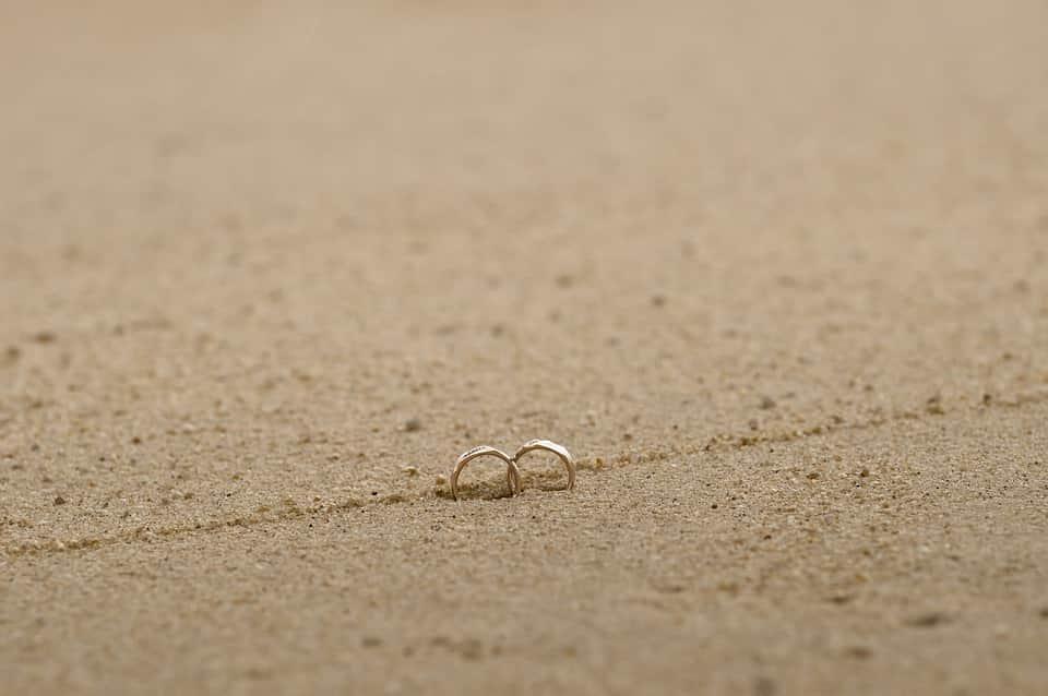 תמונה של צלם מגנטים לאירועים בבאר שבע של טבעות בתוך חול במדבר טבעות של חתן וכלה מבאר שבע