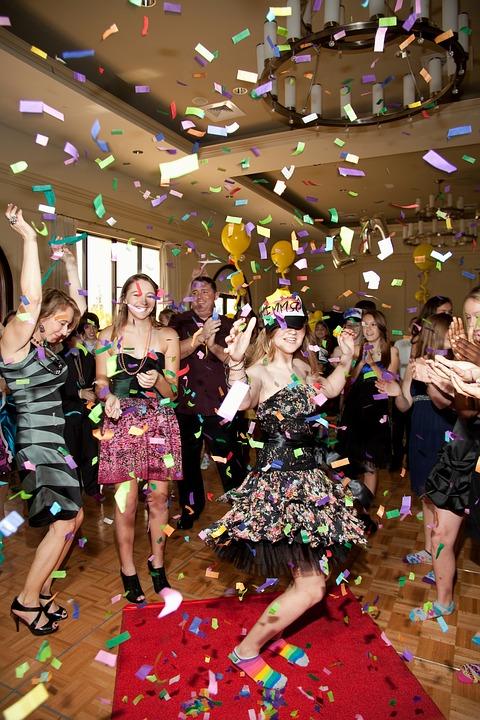 תמונה של חתונה מיוחדת עם אטרקציות לרחבת הריקודים בחתונה שיכולה להיות ממש משמחת